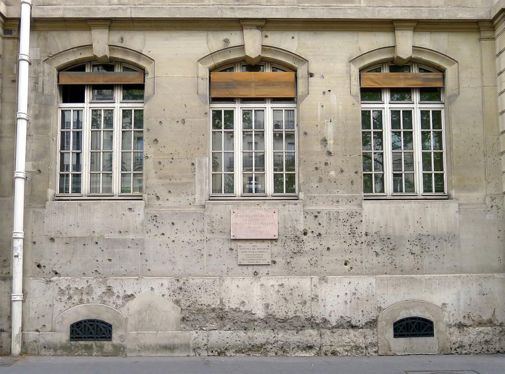 国立巴黎高等矿业学校邻圣米歇尔大道一侧墙壁上的弹孔与纪念文字 (来源:Wikimedia Commons)