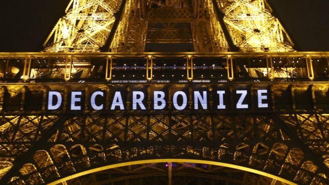 "COP21期间埃菲尔铁塔的""去碳化""标志(来源:BBC)"